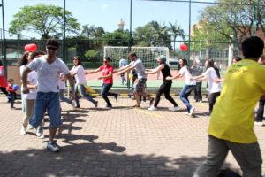 Refugiados e voluntários mostram o gingado no Colégio Santa Cruz