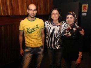 Ahmad Almazloum e Dana Al com a atriz Marieta Severo